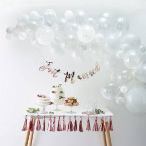 Ballonnenboog wit bruiloft fotobooth backdrop