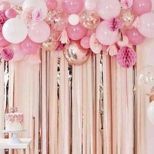 Ballonnenboog bruiloft trouwen roze slingers fotobooth backdrop